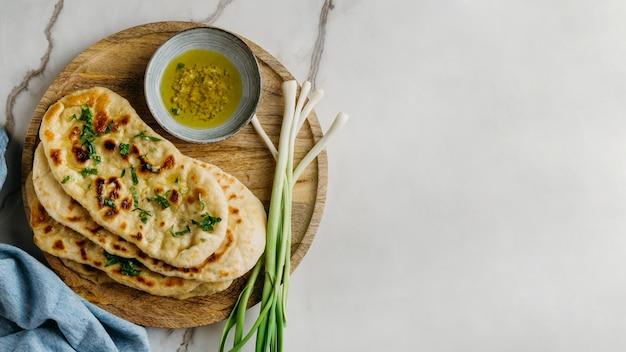コピースペースのある木の板にパキスタン料理 無料写真