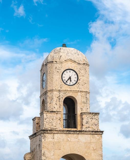 フロリダ州パームビーチワースアベニューの時計塔 Premium写真