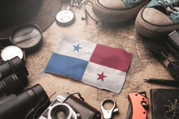 古いビンテージ地図上の旅行者のアクセサリー間のパナマフラグ。観光地のコンセプト。 Premium写真