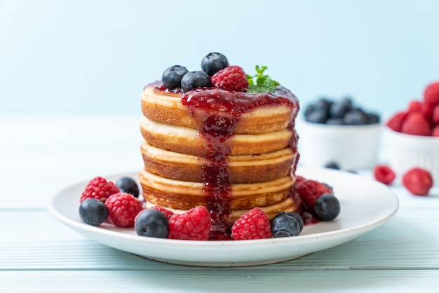 Pancake with fresh raspberries and blueberries Premium Photo