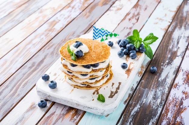 Pancakes cake with yogurt and blueberries Premium Photo