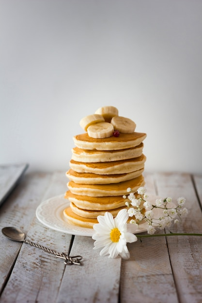 Pancakes tower with sliced banana Free Photo