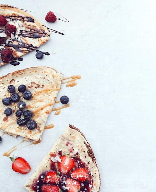 Блинчики с ягодами и сиропом Бесплатные Фотографии