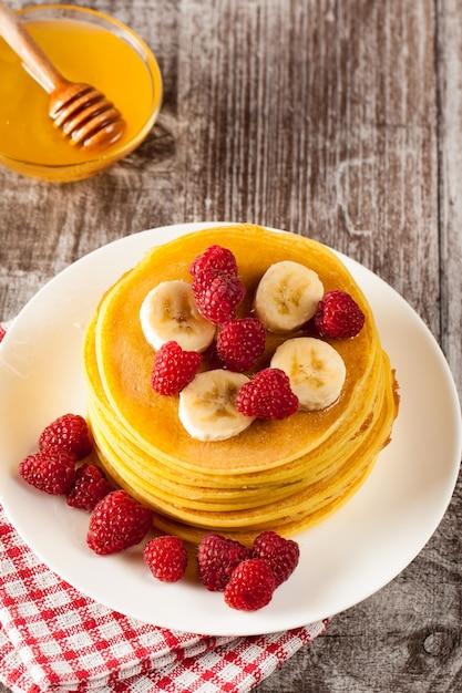 Pancakes with berries Premium Photo