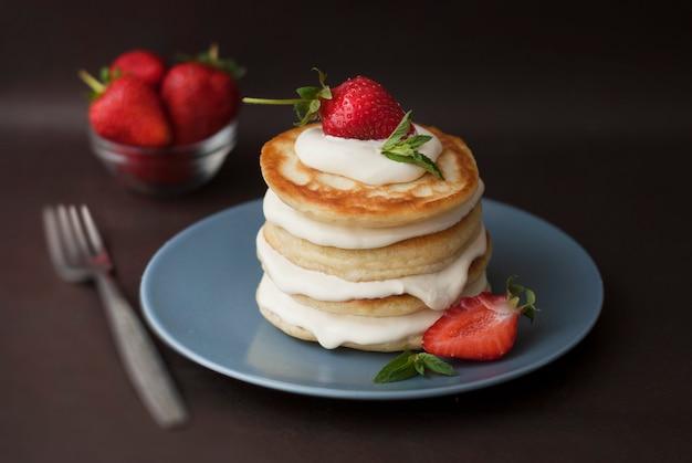 Pancakes with cream and strawbery. health breakfast. Premium Photo