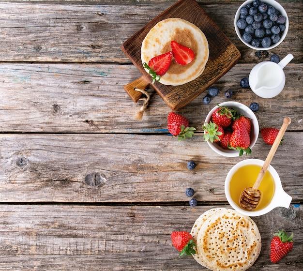 Pancakes with fresh berries Premium Photo