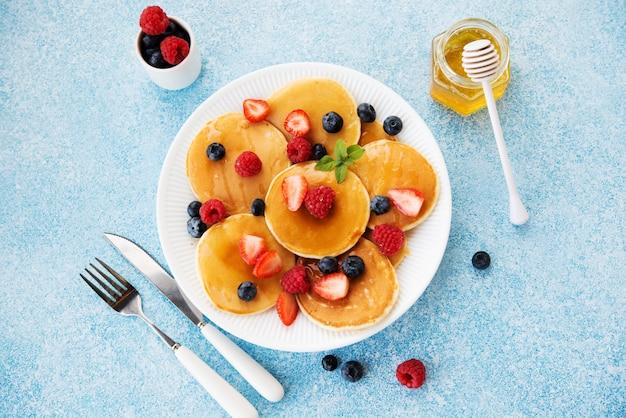 蜂蜜とベリーのパンケーキ Premium写真