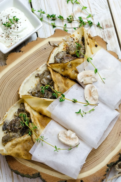 Pancakes with mushrooms and thyme Premium Photo