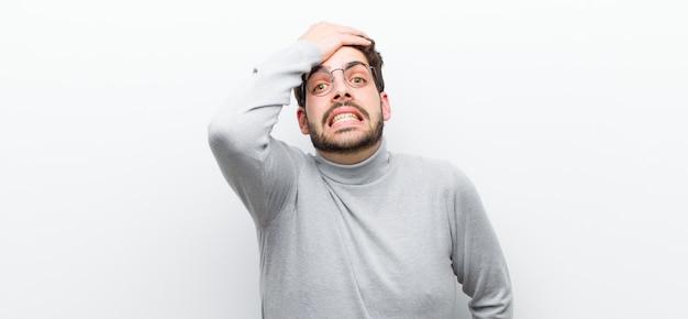 忘れられた締め切りを慌てて、ストレスを感じ、混乱や間違いを隠さなければならない Premium写真