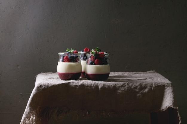 Panna cotta with berries Premium Photo