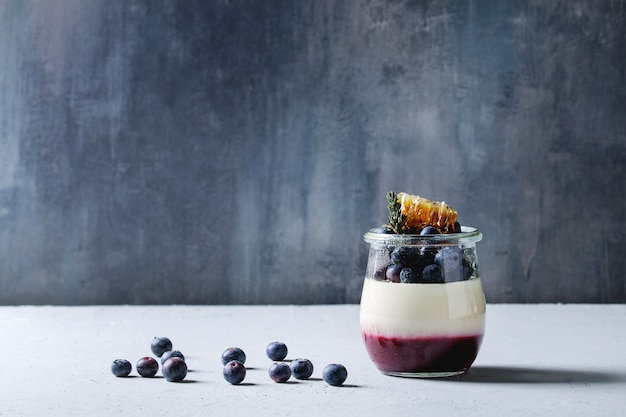 Panna cotta with berries Premium Photo