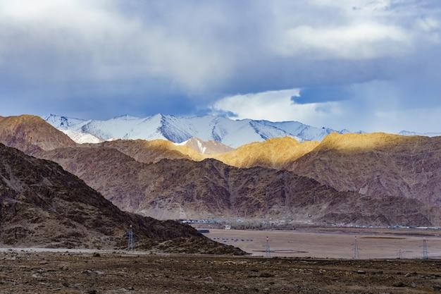 Panorama of the beautiful mountains that surround leh at sunlight - ladakh, jammu and kashmir, india. Premium Photo