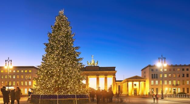 Panorama of brandenburg gate in berlin with christmas tree Premium Photo