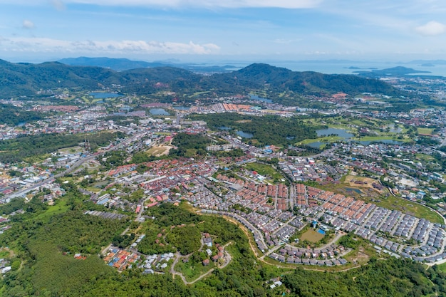 ドローンカメラからのパノラマ風景カトゥー地区プーケットタイ高角度ビュー。 Premium写真