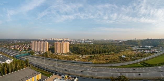 현대 대도시의 산업 지역에서 넓은 고속도로의 파노라마 프리미엄 사진