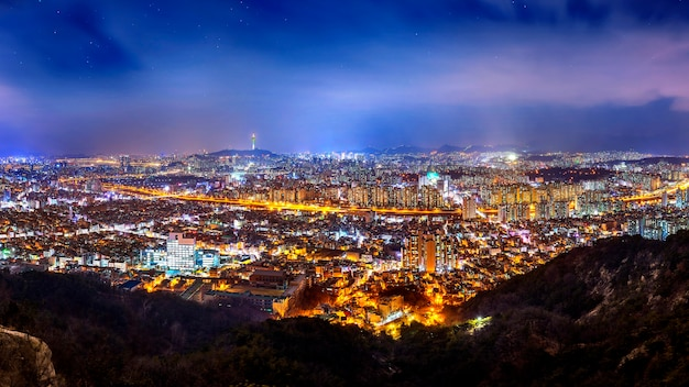 韓国、ソウルのダウンタウンの街並みとソウルタワーのパノラマ 無料写真