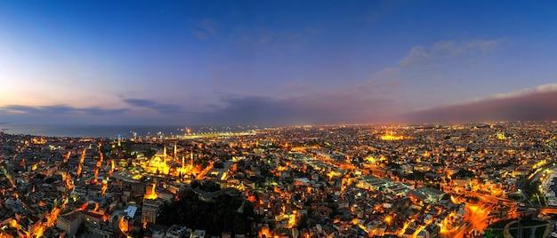 トルコの夕暮れのイスタンブール市のパノラマ。 無料写真