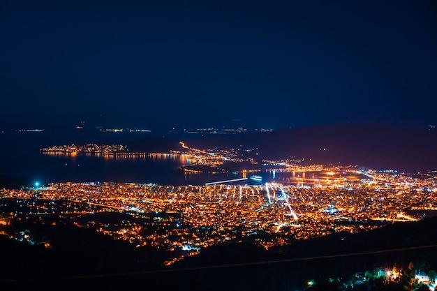 夜の街のトップビューのパノラマ。 無料写真