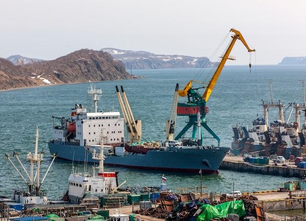Панорама на корабли у причала, портовые краны на морской торговый порт петропавловск-камчатский Premium Фотографии