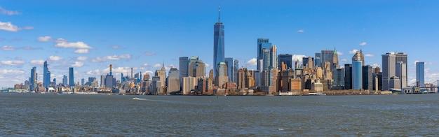 Сцена панорамы стороны реки городского пейзажа нью-йорка, расположение которой находится на нижнем манхэттене, архитектура и строительство Premium Фотографии
