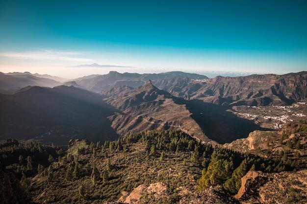 ロケヌブロ山を越えてスペインのグランカナリア島のパノラマビュー Premium写真