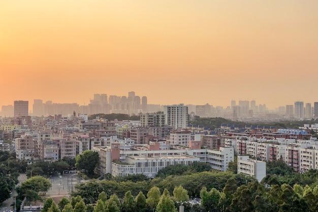 Ripresa aerea panoramica del paesaggio urbano e lo skyline colorato al tramonto aerea Foto Gratuite