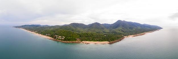 タイ南部のクラビにあるランタ島のパノラマ空撮 Premium写真