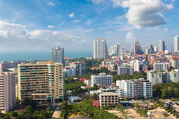Панорамный вид с воздуха на паттайю, таиланд Premium Фотографии