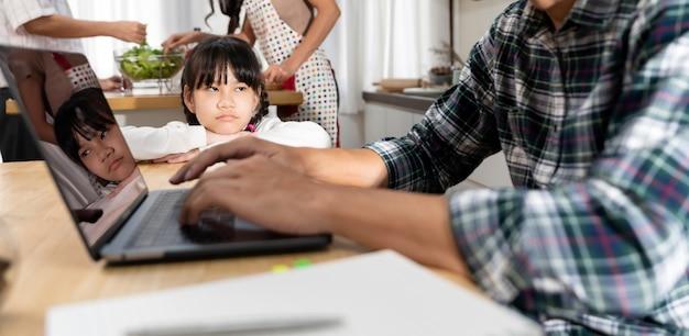 집에서 일하는 그녀의 아버지를 기다리고 파노라마 아시아 화가 소녀 프리미엄 사진