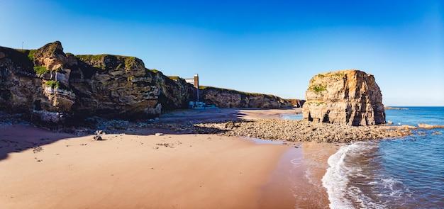 Панорамный снимок побережья со скалами и береговой линией в саут-шилдсе, великобритания Бесплатные Фотографии