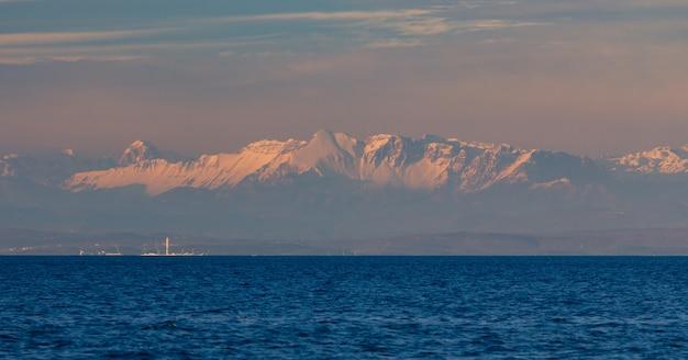 日没時にクロアチアのアドリア海と背景のアルプスのパノラマ撮影 無料写真