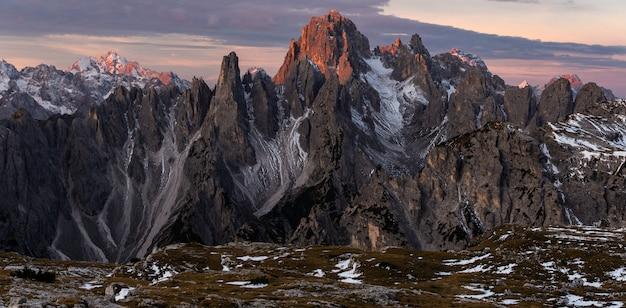 Панорамный снимок горы кадини-ди-мизурина в итальянских альпах Бесплатные Фотографии
