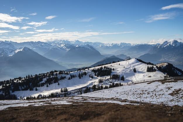 겨울 동안 푸른 하늘 아래 Arth 스위스의 리기 산맥의 파노라마 샷 무료 사진
