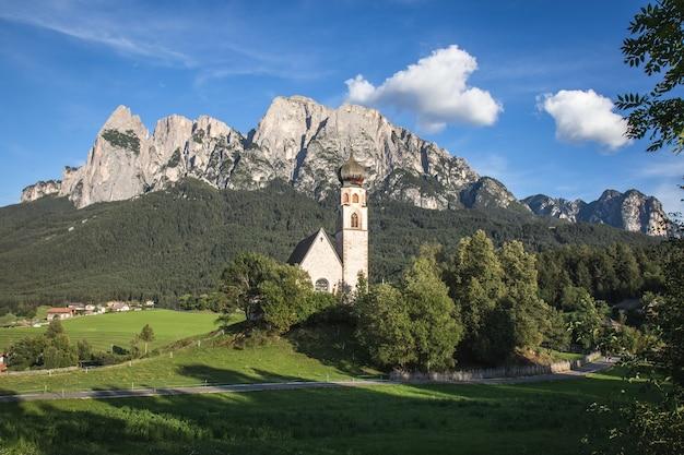 Scatto panoramico di una chiesa di st. valentin chiesa con lo sciliar in italia Foto Gratuite