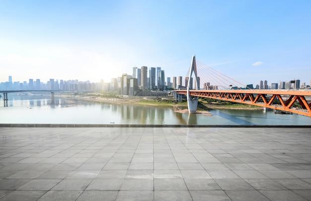 탁 트인 지평선 및 빈 콘크리트 광장 바닥 건물 무료 사진