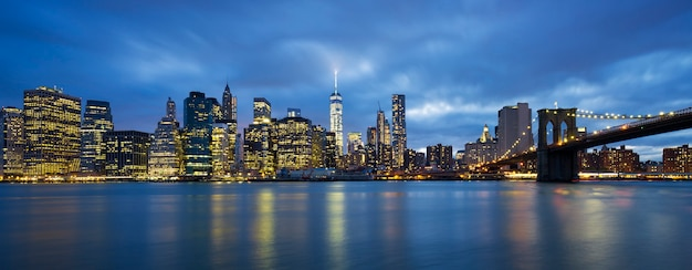 Vista panoramica di new york city midtown manhattan al crepuscolo Foto Gratuite