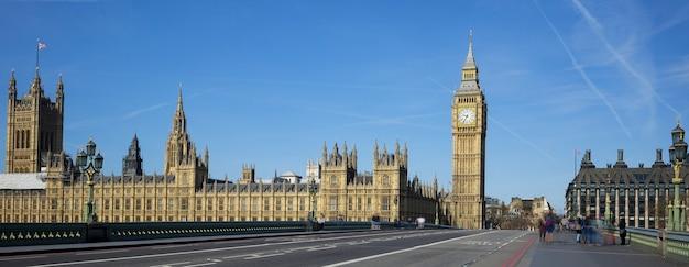 Панорамный вид на биг бен с моста в лондоне. Бесплатные Фотографии
