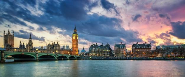 Панорамный вид на биг-бен в лондоне на закате, великобритания. Бесплатные Фотографии