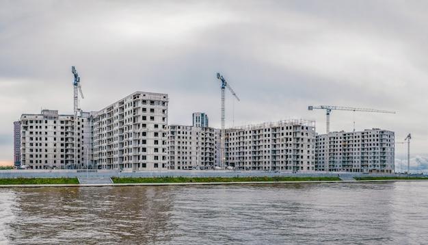 건설 현장 및 고층 빌딩의 전경 프리미엄 사진