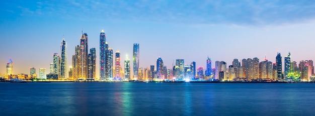 ドバイ、アラブ首長国連邦のパノラマビュー。 Premium写真