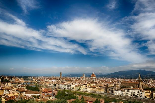 Панорамный вид на город флоренция в италии. Premium Фотографии