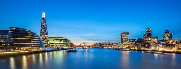 タワーブリッジからのロンドンのスカイラインのパノラマビュー。 無料写真
