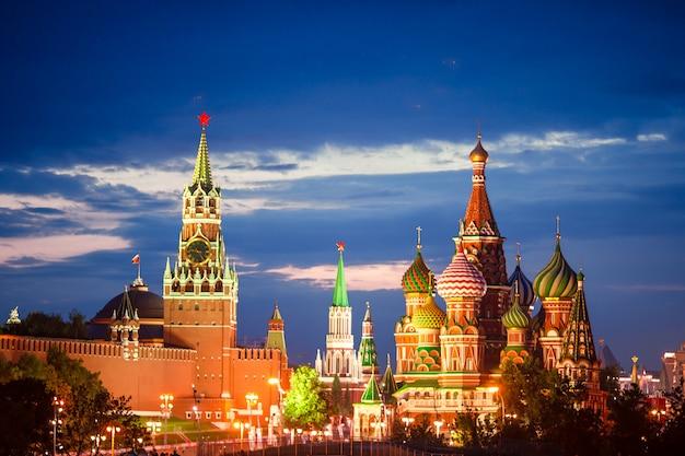 Панорамный вид на московскую достопримечательность во время заката из парка «зарядье» Premium Фотографии