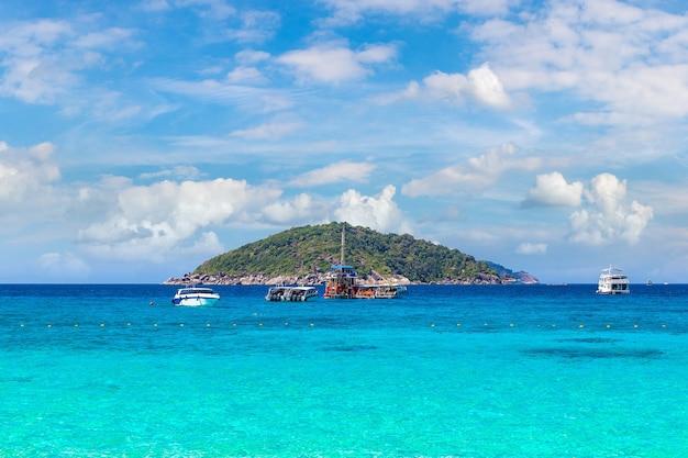 Панорамный вид на симиланские острова, таиланд Premium Фотографии