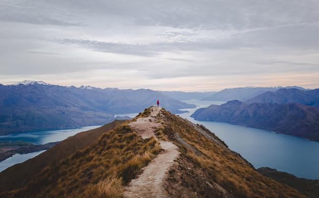 Панорамный вид на пик ройс в новой зеландии с невысокими горами вдалеке под облачным пейзажем Бесплатные Фотографии