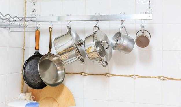 Сковороды и кастрюли на кухне Premium Фотографии
