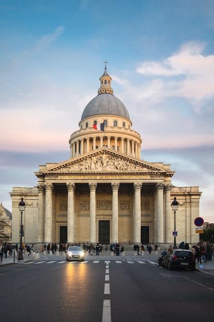 フランスのパリで日没時に曇り空の下で人々に囲まれたパンテオン 無料写真