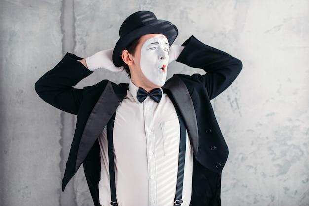 化粧マスクのパントマイムアーティスト。 mimeのスーツ、手袋、帽子。 Premium写真