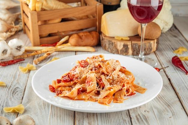 パパルデッレパスタチェリーと天日干しトマト Premium写真