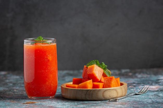 Сок папайи подавать со свежей нарезанной папайей Бесплатные Фотографии